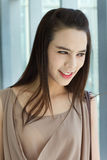 Χαμογελώντας ευτυχής γυναίκα με τη θετική τοποθέτηση Στοκ φωτογραφία με δικαίωμα ελεύθερης χρήσης