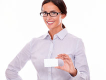 Χαμογελώντας ευτυχής επιχειρηματίας με την κάρτα επίσκεψης Στοκ φωτογραφία με δικαίωμα ελεύθερης χρήσης