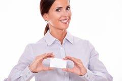 Χαμογελώντας ευτυχής επιχειρηματίας με την κάρτα επίσκεψης στοκ εικόνα