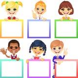 Διανυσματικά ευτυχή παιδιά χαμόγελου με τα εμβλήματα Στοκ εικόνες με δικαίωμα ελεύθερης χρήσης