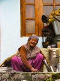 Χαμογελώντας, εύθυμα πιάτα πλυσιμάτων γιαγιάδων Στοκ φωτογραφίες με δικαίωμα ελεύθερης χρήσης