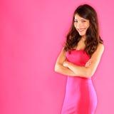 Χαμογελώντας εύθυμη βέβαια όμορφη γυναίκα στο ροζ Στοκ Φωτογραφία