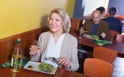Χαμογελώντας εύθυμος θετικός ανώτερος πελάτης με τα τρόφιμα στοκ φωτογραφία