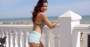 Χαμογελώντας ελκυστική γυναίκα σε μια προκλητική θερινή εξάρτηση φιλμ μικρού μήκους
