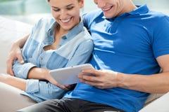 Χαμογελώντας ζεύγος με την ταμπλέτα Στοκ φωτογραφίες με δικαίωμα ελεύθερης χρήσης