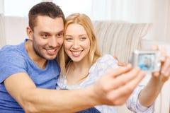 Χαμογελώντας ζεύγος που παίρνει την εικόνα με τη ψηφιακή κάμερα Στοκ Φωτογραφίες