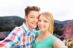 Χαμογελώντας ζεύγος που παίρνει selfie πέρα από το ασιατικό τοπίο Στοκ Φωτογραφίες