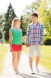 Χαμογελώντας ζεύγος που περπατά στο πάρκο Στοκ Φωτογραφίες