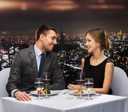 Χαμογελώντας ζεύγος που τρώει την κύρια σειρά μαθημάτων στο εστιατόριο Στοκ εικόνες με δικαίωμα ελεύθερης χρήσης
