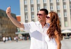 Χαμογελώντας ζεύγος στην πόλη Στοκ εικόνα με δικαίωμα ελεύθερης χρήσης