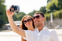 Χαμογελώντας ζεύγος στην πόλη Στοκ φωτογραφία με δικαίωμα ελεύθερης χρήσης