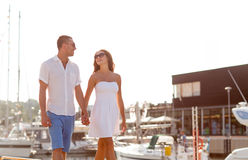 Χαμογελώντας ζεύγος στην πόλη Στοκ Φωτογραφίες