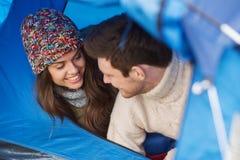 Χαμογελώντας ζεύγος των τουριστών που κοιτάζουν έξω από τη σκηνή Στοκ Εικόνες