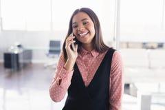 Χαμογελώντας δημιουργική επιχειρηματίας που μιλά στο κινητό τηλέφωνο Στοκ φωτογραφίες με δικαίωμα ελεύθερης χρήσης