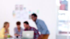 Χαμογελώντας δημιουργικός επιχειρησιακός υπάλληλος στο γραφείο φιλμ μικρού μήκους