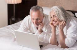 Χαμογελώντας ηλικίας ζεύγος που βρίσκεται στο κρεβάτι στο σπίτι Στοκ φωτογραφίες με δικαίωμα ελεύθερης χρήσης