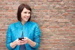 Χαμογελώντας ηλικιωμένη γυναίκα με το κινητό τηλέφωνο Στοκ Φωτογραφία
