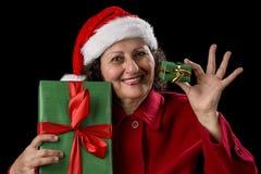 Χαμογελώντας ηλικιωμένη γυναίκα που προσφέρει ένα μικρό και μεγάλο δώρο στοκ φωτογραφίες με δικαίωμα ελεύθερης χρήσης