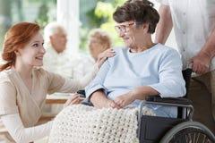 Χαμογελώντας ηλικιωμένη γυναίκα στην αναπηρική καρέκλα Στοκ Εικόνα