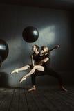 Χαμογελώντας θετικοί χορευτές μπαλέτου που αποδίδουν στο στούντιο στοκ φωτογραφία με δικαίωμα ελεύθερης χρήσης