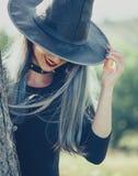 Χαμογελώντας θηλυκή μάγισσα Στοκ Φωτογραφίες