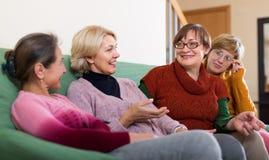 Χαμογελώντας θηλυκοί συνταξιούχοι στον καναπέ Στοκ φωτογραφία με δικαίωμα ελεύθερης χρήσης