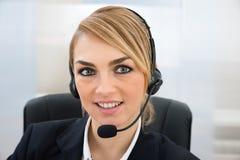 Χαμογελώντας θηλυκός αντιπρόσωπος εξυπηρέτησης πελατών Στοκ εικόνες με δικαίωμα ελεύθερης χρήσης