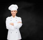 Χαμογελώντας θηλυκός αρχιμάγειρας με τα διασχισμένα όπλα Στοκ Εικόνα