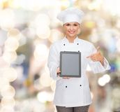 Χαμογελώντας θηλυκός αρχιμάγειρας με την κενή οθόνη PC ταμπλετών Στοκ φωτογραφία με δικαίωμα ελεύθερης χρήσης
