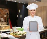 Χαμογελώντας θηλυκός αρχιμάγειρας με την κενή οθόνη PC ταμπλετών Στοκ Εικόνες