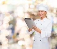 Χαμογελώντας θηλυκός αρχιμάγειρας με τον υπολογιστή PC ταμπλετών Στοκ Φωτογραφία