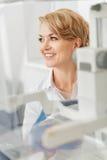 Χαμογελώντας θηλυκός γιατρός εκτός από τις συσκευές Στοκ φωτογραφίες με δικαίωμα ελεύθερης χρήσης