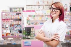Χαμογελώντας θηλυκός γιατρός μέσα σε ένα φαρμακείο Στοκ Εικόνες