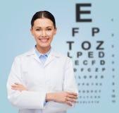 Χαμογελώντας θηλυκός γιατρός με το διάγραμμα ματιών Στοκ φωτογραφία με δικαίωμα ελεύθερης χρήσης
