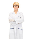 Χαμογελώντας θηλυκός γιατρός στα γυαλιά Στοκ Εικόνες