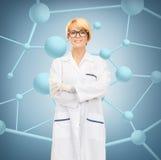 Χαμογελώντας θηλυκός γιατρός στα γυαλιά Στοκ Φωτογραφία