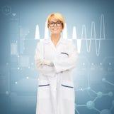 Χαμογελώντας θηλυκός γιατρός στα γυαλιά Στοκ Εικόνα