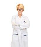 Χαμογελώντας θηλυκός γιατρός στα γυαλιά Στοκ φωτογραφία με δικαίωμα ελεύθερης χρήσης