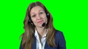Χαμογελώντας θηλυκός σύμβουλος χειριστών υποστήριξης πελατών με την κάσκα απόθεμα βίντεο