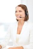 Χαμογελώντας θηλυκός χειριστής γραμμών βοήθειας με τα ακουστικά στοκ φωτογραφία