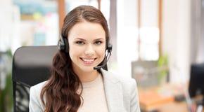Χαμογελώντας θηλυκός χειριστής γραμμών βοήθειας με την κάσκα Στοκ φωτογραφία με δικαίωμα ελεύθερης χρήσης