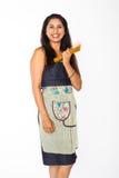 Χαμογελώντας ινδική γυναίκα με την ινδική γυναίκα ζυμαρικών με τα μακαρόνια Στοκ Εικόνες