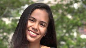Χαμογελώντας ισπανικό κορίτσι κατά τη διάρκεια του φθινοπώρου απόθεμα βίντεο