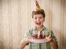 Χαμογελώντας κέικ γενεθλίων εκμετάλλευσης αγοριών, διάστημα για το κείμενο Στοκ Εικόνα