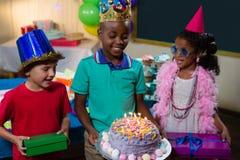 Χαμογελώντας κέικ γενεθλίων εκμετάλλευσης αγοριών Στοκ Εικόνα