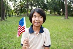 Χαμογελώντας και κυματίζοντας αμερικανική σημαία νέων κοριτσιών Στοκ εικόνα με δικαίωμα ελεύθερης χρήσης
