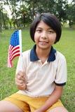 Χαμογελώντας και κυματίζοντας αμερικανική σημαία νέων κοριτσιών Στοκ Εικόνες