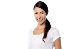 Χαμογελώντας καλή γυναίκα που εξετάζει τη κάμερα Στοκ φωτογραφίες με δικαίωμα ελεύθερης χρήσης