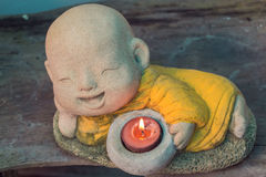 Χαμογελώντας κερί λαβής του Βούδα Στοκ Εικόνες