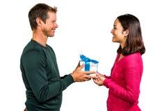 Χαμογελώντας κιβώτιο δώρων εκμετάλλευσης ζευγών Στοκ φωτογραφίες με δικαίωμα ελεύθερης χρήσης